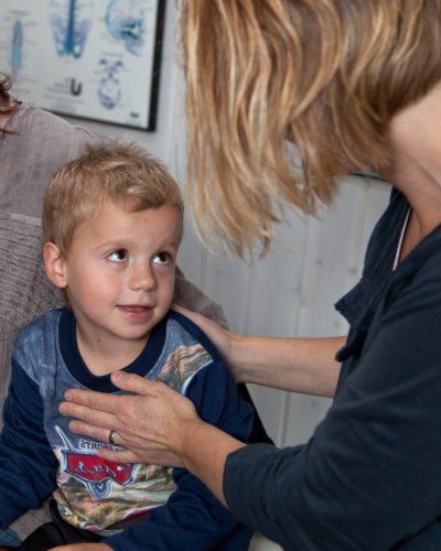 Tics hos børn ser jeg en del af i klinikken. Det kan være meget varierende udtryk fra simple tics, som blinken i øjet, ryk på næsen, munden, til de mere kraftige tvangsprægede drejninger i kroppen. Jeg oplever, at de får ro på kroppen igen med Biodynamisk Kranio-Sakral Terapi. Ring/sms eksam.terapeut Lis Hauge 40199714